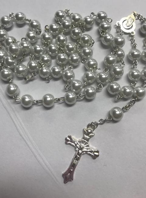 PEARL ROSARY BEAD NECKLACE WITH CROSS AT THE BOTTOM.